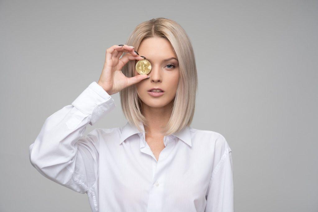 ビットコインを掲げる女性